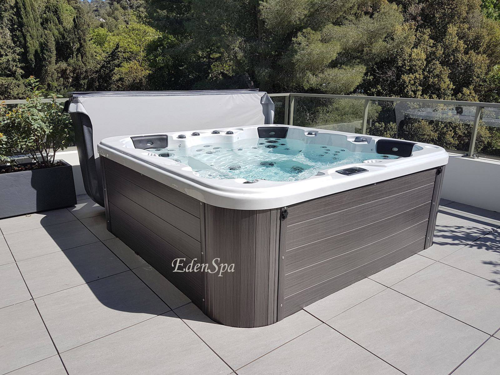 Un Spa 5 Places Sur Un Toit Terrasse Modele O575 A Marseille Be